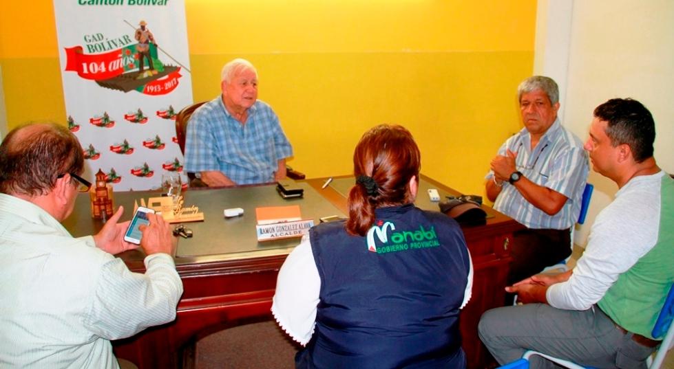 El alcalde Ramón González Álava, junto a técnicos municipales y otros del Gobierno provincial de Manabí, evalúan los daños dejados por las últimas lluvias en el territorio cantonal. Manabí, Ecuador.