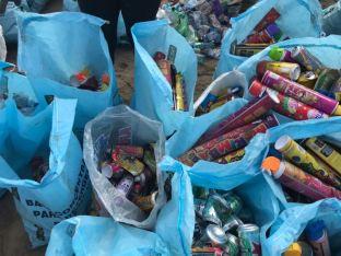 Toda esta basura fue retirada oportunamente de la turística Playa El Murciélago de Manta.