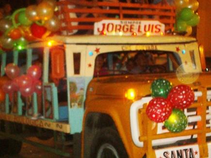 """En el pregón no faltó la típica """"chiva"""", medio de transporte de pasajeros en las zonas rurales de Manabí."""