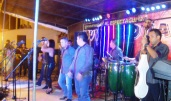 Cantantes y músicos animando el baile.