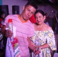 Mercy Santos de Quijije premia al bailador más destacado.