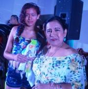La presidenta del Patronato municipal, Mercy Santos, premia a la mejor bailadora de la noche.