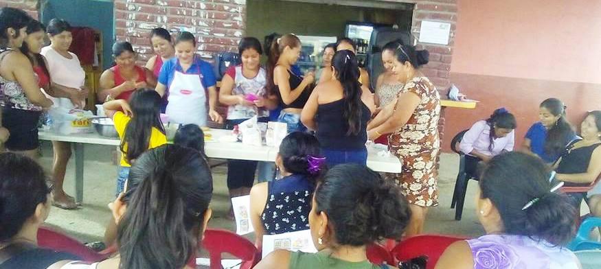 Mujeres de Montecristi participan en una clase práctica de pastelería. Manabí, Ecuador.