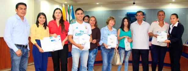 Consejeros barriales de Manta muestran sus credenciales en el Palacio Municipal. Manabí, Ecuador.