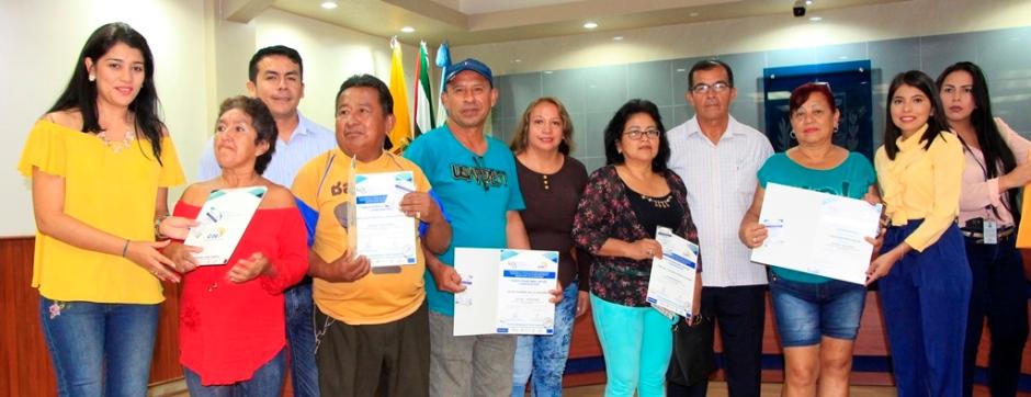 Un Consejo Barrial de Manta posa junto al concejal municipal Isidoro Montalván. Manabí, Ecuador.