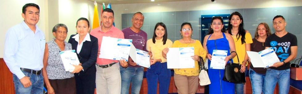 Un grupo de consejeros barriales de Manta posan mostrando su respectiva credencial oficial. Manabí, Ecuador.