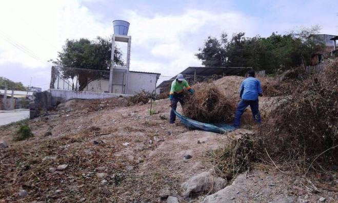 Personal de Higiene municipal desbroza el talud de un río.