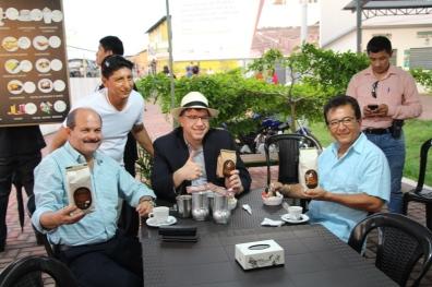 Sirviéndose café caliente en el Nuevo Tarqui. La bebida es producto manabita; tostado, molido, envasado, filtrado y servido por un emprendedor local.