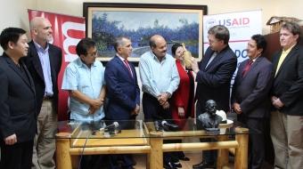 Con el alcalde de Manta, el prefecto provincial de Manabí y el segundo vicepresidente de la Asamblea Nacional; observando unos productos típicos de la provincia de Manabí.