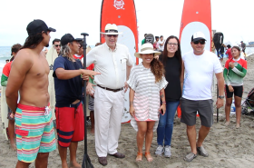 El embajador de los EE.UU. en Ecuador, Todd C. Chapman, posa con Emilio Chong, René Burgos,Simoné Delgado y Xavier Aguirre, desde la izquierda. La dama con camiseta oscura no fue identificada.