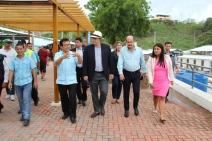 Luciendo un sombrero fino de paja toquilla producido en Manabí, el embajador Chapman recorre el Nuevo Tarqui en compañía del alcalde anfitrión y el vicepresidente de la Asamblea Nacional del Ecuador.