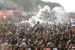La temperatura muy alta del día permitió lanzar espuma de carnaval a través de cañones.