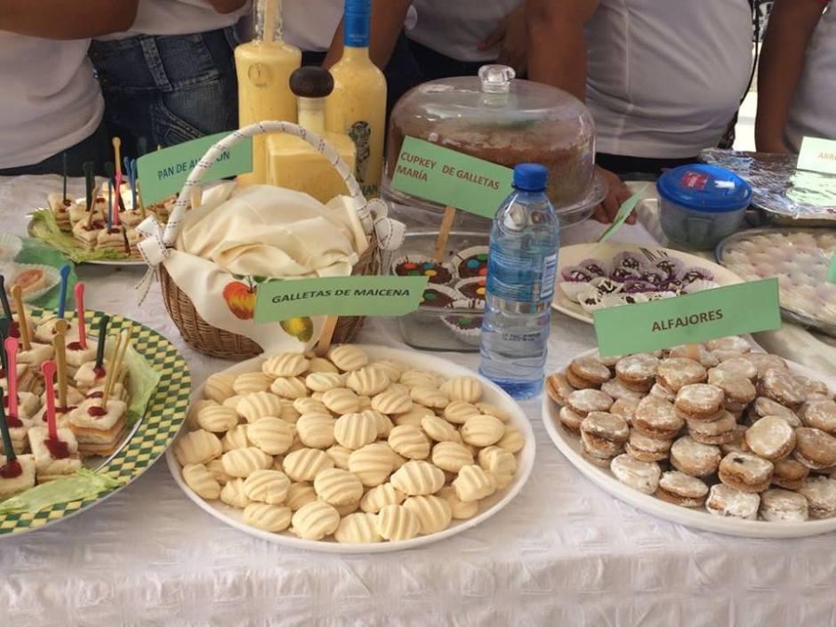 Espolvorones, alfajores, cakes y otros bocadillos dulces, productos de las mujeres participantes en cursos de oficios facilitados por la Administración municipal de Montecristi. Manabí, Ecuador.