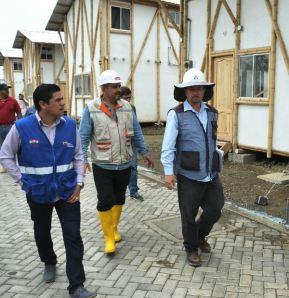 El ministro de la vivienda, Adrián Sandoya (Izq.), inspecciona un conjunto de viviendas populares en Pedernales.