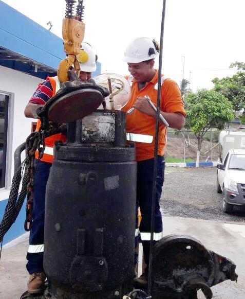 Dos técnicos dan mantenimiento preventivo a una de las bombas que sirven a una potabilizadora de agua para Manta. Manabí, Ecuador.
