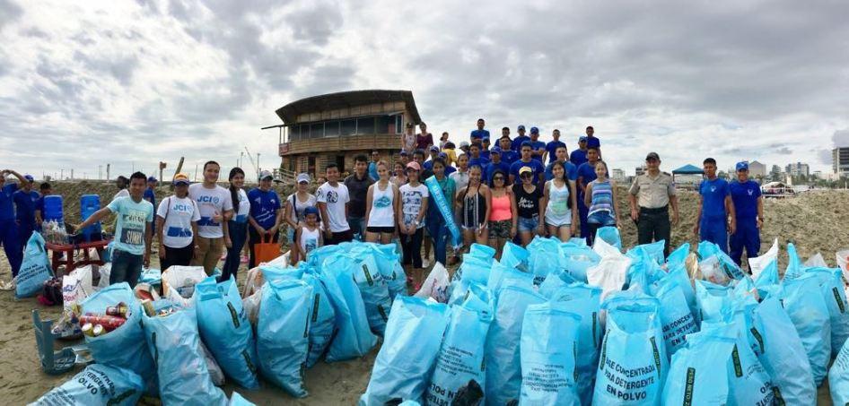 Luego del compromiso cumplido, los mingueros voluntarios celebran haber dejado libre de basura la Playa El Murciélago.