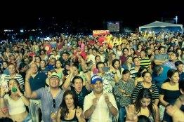 Parte del público que alentó la actuación de los artistas en el concierto internacional encabezado por Silvestre Dangond, en la Playa El Murciélago de la ciudad de Manta.