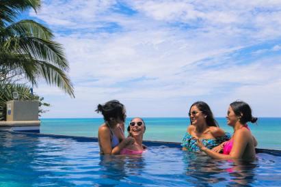 Turistas en una piscina de hotel, en Manta, durante el feriado de Carnaval 2018.