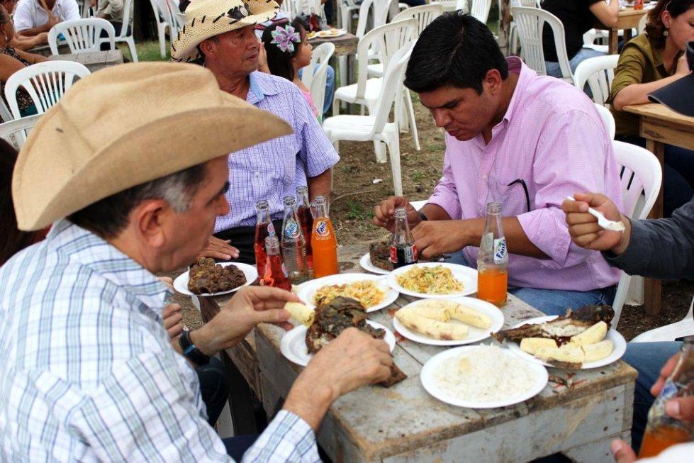 Mariano Zambrano Segovia, prefecto provincial de Manabí e Ítalo Colamarco, exalcalde de Chone, durante un almuerzo en la feria popular del chame. Manabí, Ecuador.