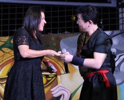 Ana María Suárez de Zambrano, presidenta del Patronato municipal de Manta, recibe la donación de Wa League para damnificados del terremoto de 2016. Manabí, Ecuador.