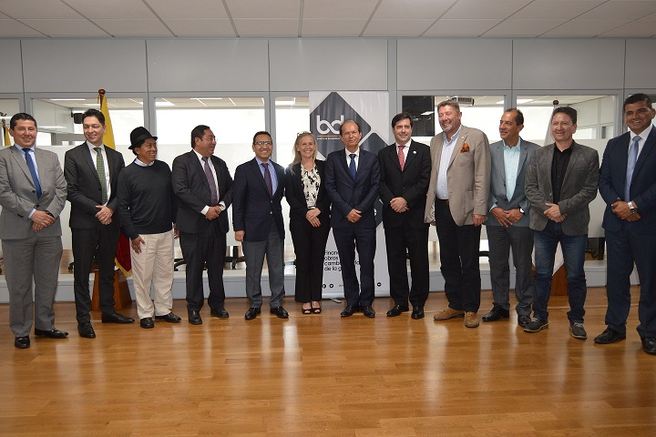 Representantes del Gobierno ecuatoriano y de las municipalidades ecuatorianas, posan junto a representantes de la Unión Europea y de la Agencia Francesa de Desarrollo, durante la suscripción de un convenio de cooperación financiera entre esta y el Banco de Desarrollo del Ecuador. Quito.