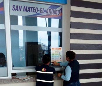 Repartiendo volantes con advertencias sanitarias, en boleterías del terminal terrestre de Manta.