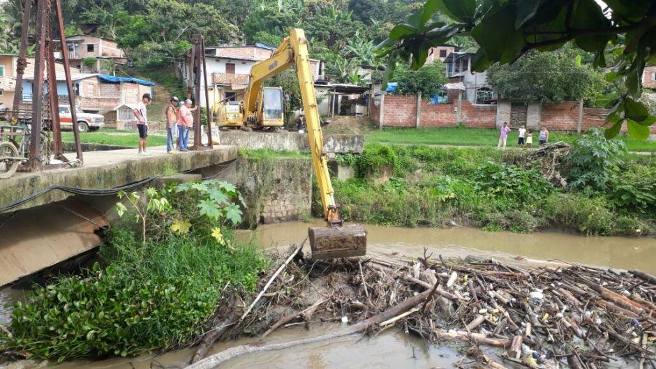 Con una máquina excavadora retiran palizada acumulada en Dos Bocas del Río Chone. Manabí, Ecuador.
