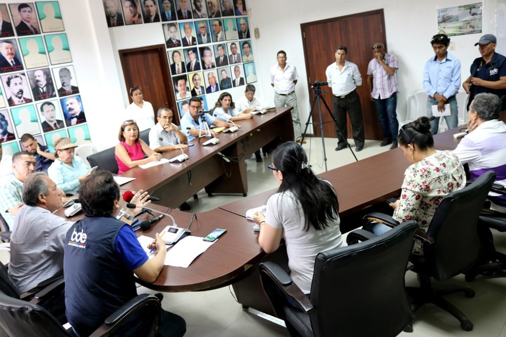 Rueda de prensa, en el salón de sesiones del Palacio Municipal de Chone, para anunciar las características del mercado municipal local cuya construcción inicia pronto. Manabí, Ecuador.