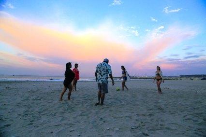 Turistas contemplan extasiados un atardecer en la Playa San Mateo, de la ciudad de Manta.