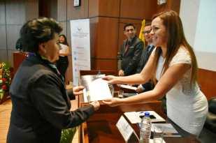 Liliana Narváez (izq.), recibe el Acuerdo de reconocimiento y premio a su trayectoria destacada en la SETED.
