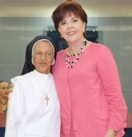 La homenajeada recibe felicitación calurosa de Lucía Fernández, presidenta de la Cámara de Comercio de Manta.
