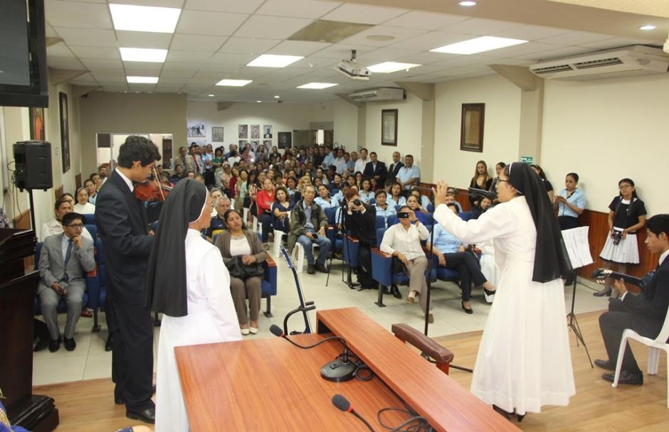 El público que concurrió al Palacio Municipal de Manta para rendirle homenaje a la educadora sor Ana Rafael Velasco, ex-rectora del Colegio Stella Maris. Manabí, Ecuador.