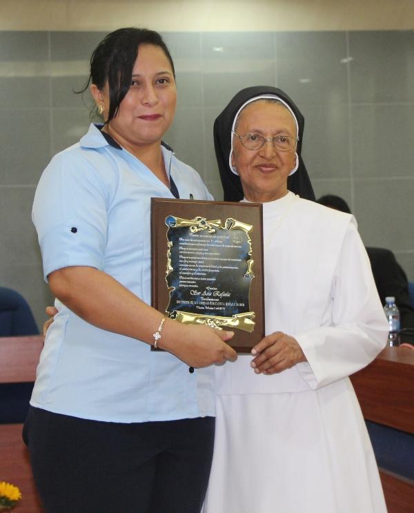 Recibiendo el Acuerdo de reconocimiento de todo el plantel de la Unidad Educativa Stella Maris. / ARCHIVO