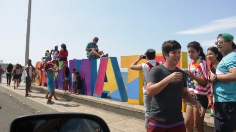 Hubo tiempo para posar y fotografiarse con el letrero que identifica a San Mateo, parroquia urbana de Manta.