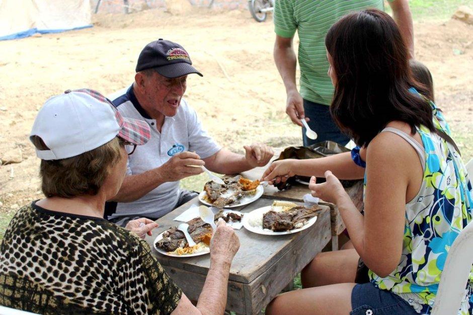 Comensales en una feria del chame en el Cantón Chone. Manabí, Ecuador.