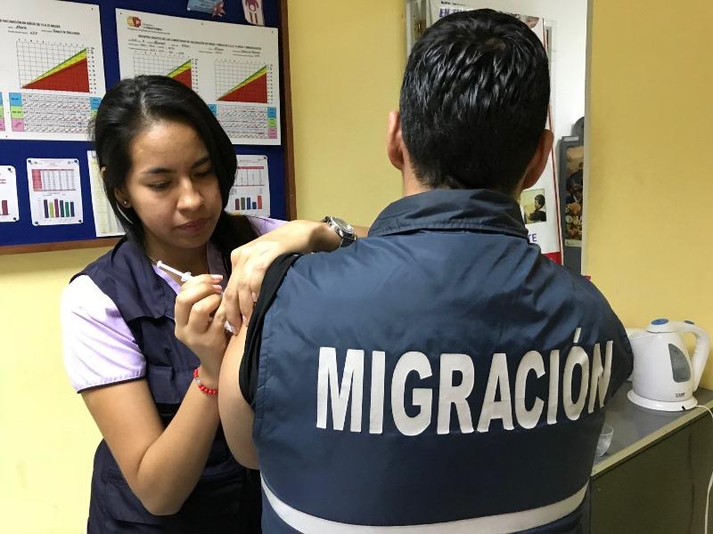 Inmunización contra la influenza en la oficina de Migración, en Manta.