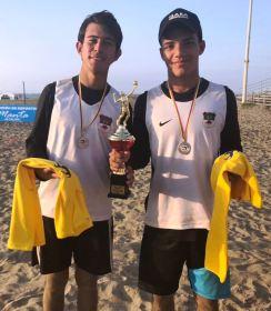 Emanuel e Isaías posan con su premio.