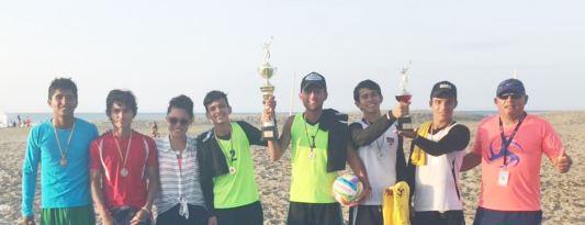 Los ganadores en su género posan con los premios, junto a Simoné Delgado, directora municipal de Deportes.