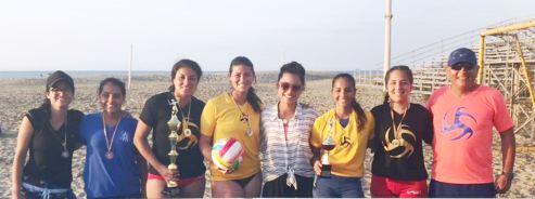 Entre damas: las ganadoras en su género exhiben sus respectivos premios y posan junto a Simoné Delgado (con gafas y camisón rayado), directora municipal de Deportes.