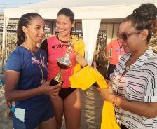 Steffy y Angy, reciben sus respectivos premios de manos de Simoné Delgado.