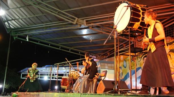 Artistas de Wa League, durante su actuación en la plaza cívica de Manta.