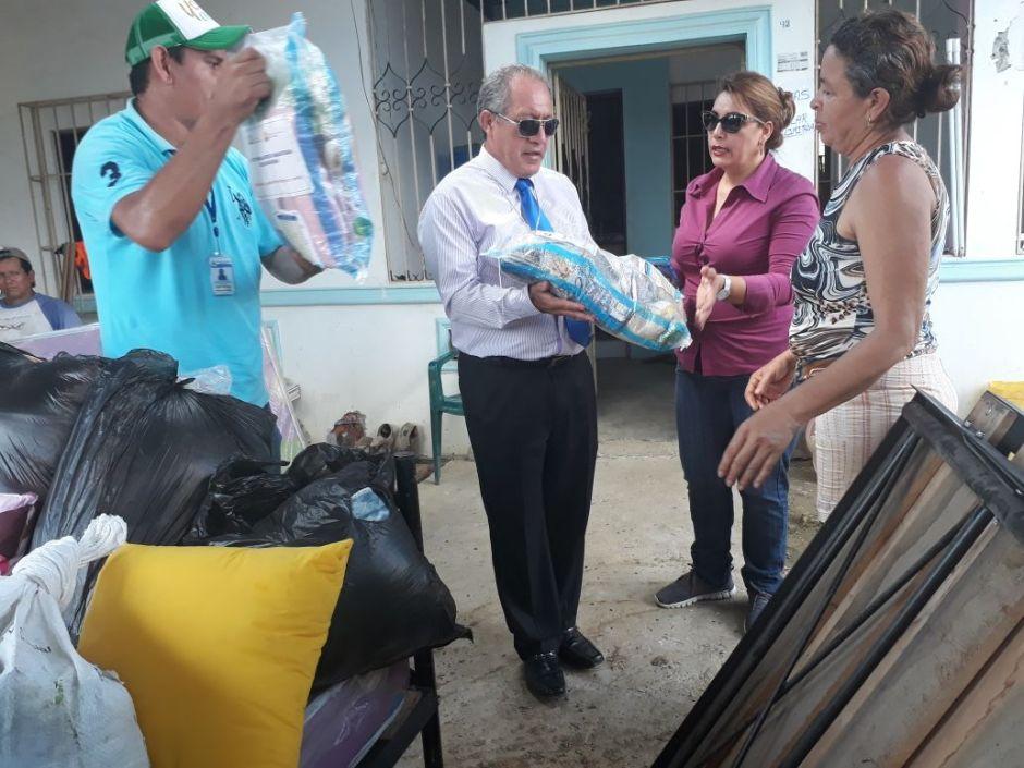 Alcalde de Chone y su esposa reparten directamente ayuda humanitaria para damnificados por las lluvias. Manabí, Ecuador.