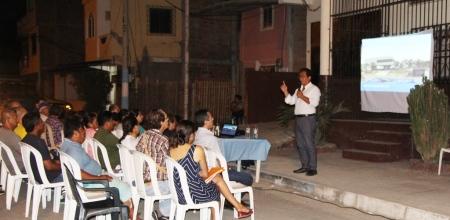 El alcalde de Manta, Jorge Zambrano Cedeño, expone el proyecto de museo naval ante la comunidad de vecinos. Manabí, Ecuador.