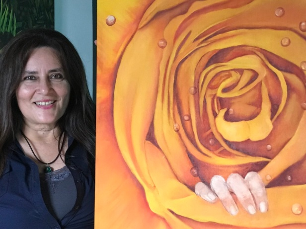 Johanna Meza Fuentes, junto a una de sus pinturas expuestas en Arte en Acción, Manta. Manabí, Ecuador.