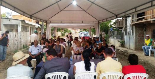 Moradores del Barrio Emilio Hidalgo (Chone), durante su Asamblea para conocer la terminación del nuevo alcantarillado y saber qué hacer para conectarse a él.