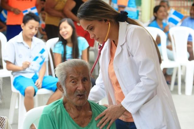 Una médica revisa los signos vitales de un paciente de la Tercera Edad en un barrio de Manta. Manabí, Ecuador.