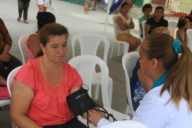 Una enfermera del Patronato municipal de Manta toma la presión sanguínea a una paciente de barrio. Manabí, Ecuador.