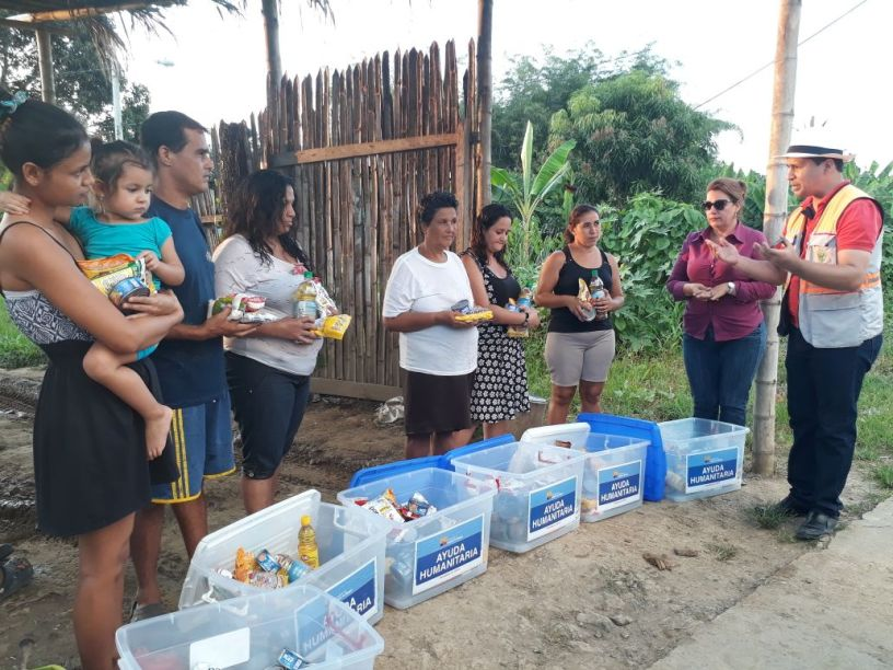 Damnificados por lluvias, en Chone, reciben ayuda gestionada por el Gobierno municipal. Manabí, Ecuador.