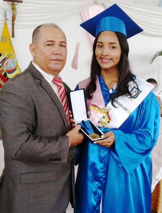 El concejal delegado por el alcalde de Chone entrega el premio municipal a una de las dos mejores bachilleres de la UE Santa Mariana de Jesús.