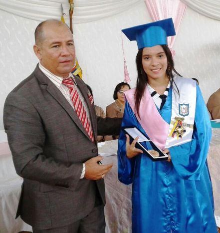 La otra mejor bachiller de la UE Santa Mariana de Jesús también recibió premio municipal.